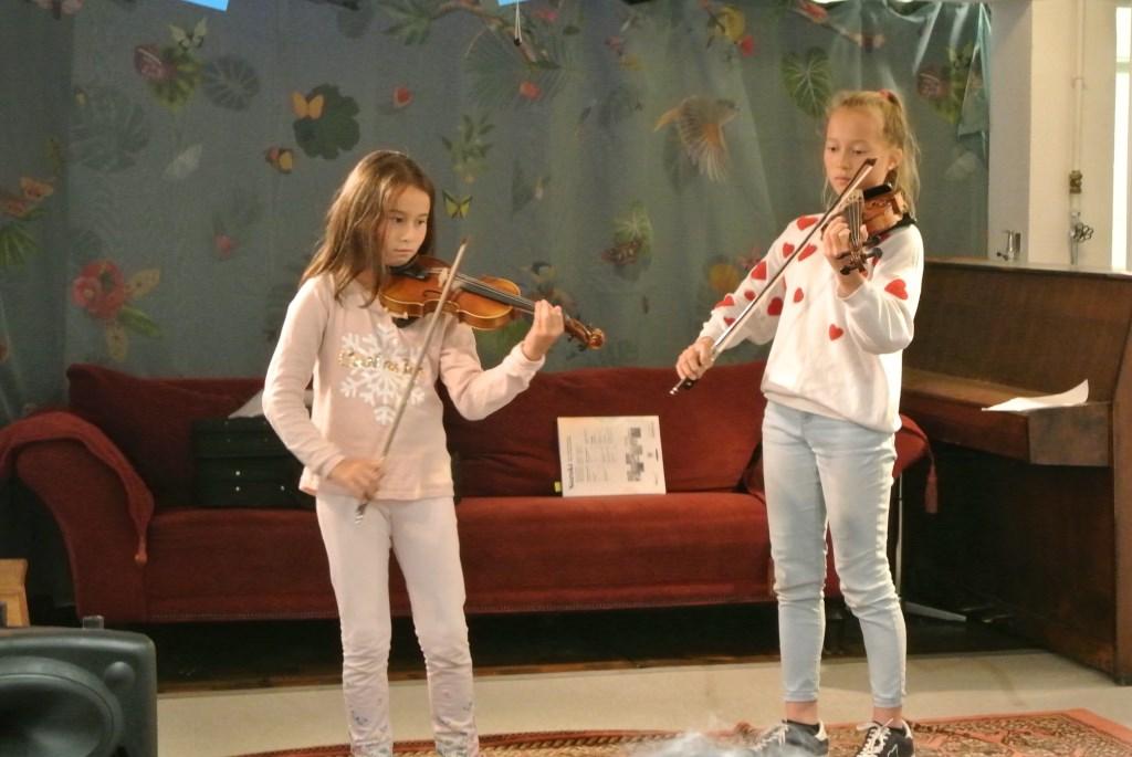 De zusjes Amber en Amelie verzorgen de muzikale inleiding.  © De Vierklank