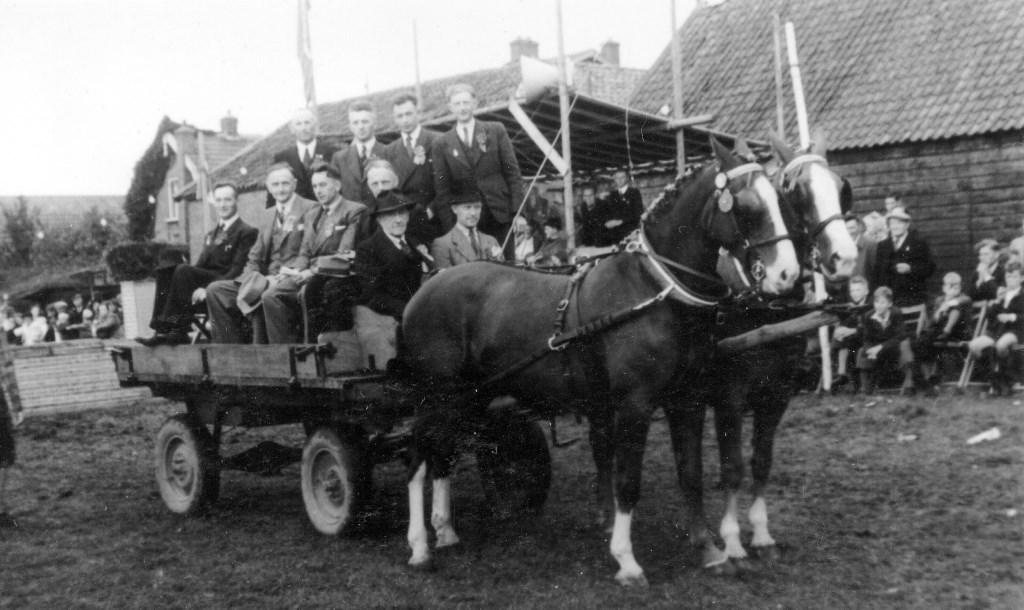 Bestuur Oranjefeest 1947 met paard en wagen. (foto uit het archief van Wout van Winssen)  © De Vierklank
