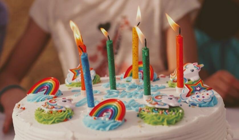Hobbybakkers maken taarten voor jarige kinderen.
