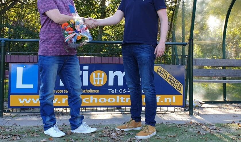 Eigenaar Dirk van Leeuwen (l) met Steven Bakker (r) namens de Sponsorcommissie van Nova.
