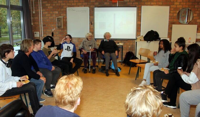 Tijdens 'verhalendag' vertellen Greetje en Trine hun oorlogsverhalen aan de klas.