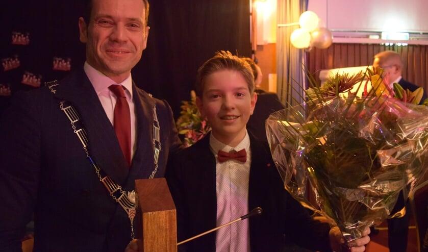 Uit handen van burgemeester Potters krijgt Johanan de beker uitgereikt. [foto Walter Eijndhoven]