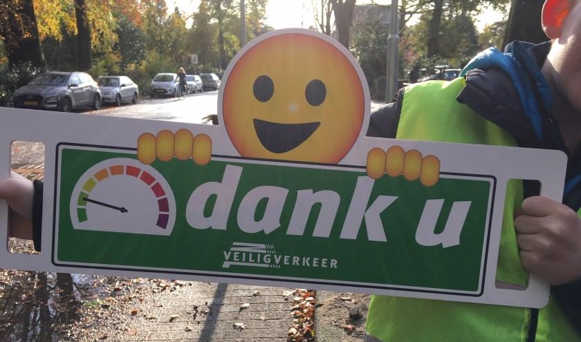 Leerlingen bedanken automobilisten voor hun verkeersgedrag.