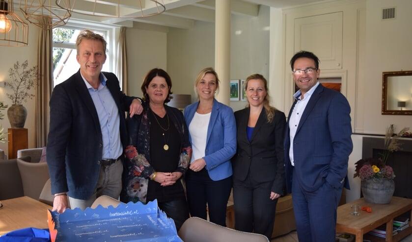 Tijdens zijn afscheid van P&O partners haalde Michiel Koning (l) een mooi bedrag op.