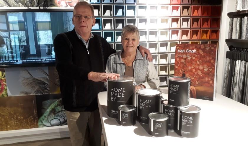 Hans en Wilma Visser bieden op Black Friday hun huismerk verf extra aantrekkelijk aan.