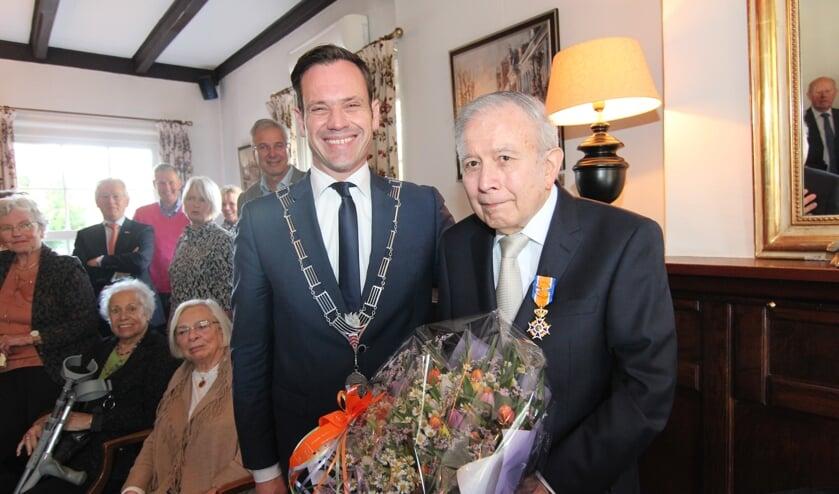 In Lage Vuursche is de bekende forensisch tandarts Erich Ruiter door burgemeester Sjoerd Potters geridderd tot Officier in de Orde van Oranje-Nassau.