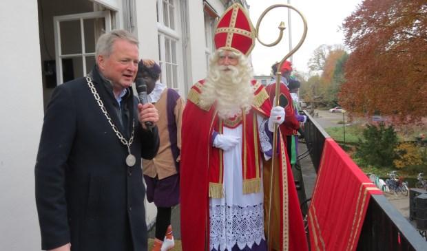 Op het balkon spreekt locoburgemeester André Landwehr Sinterklaas toe.  © De Vierklank