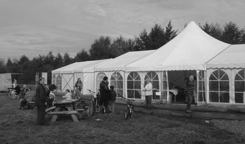 De tent van het Utrechts Landschap bij de Hooge Kampse Plas en de bezoekers op zondag 26 september 2004.