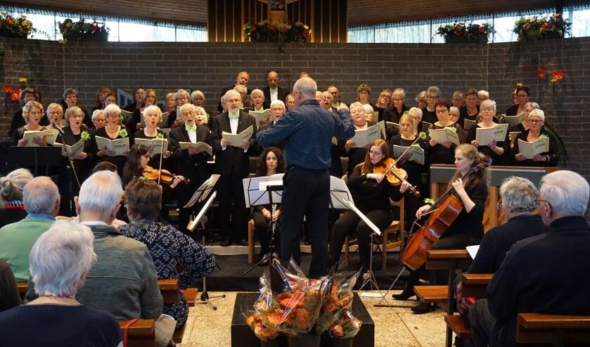 In een volgepakte Sint Maartensdijk zingt AZM haar jubileumfeest.