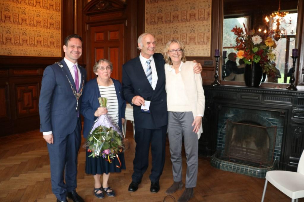 V.l.n.r. burgemeester Potters, mevr. Geurts, Ben Geurts en Saskia van Dockum (directeur UL)  © De Vierklank