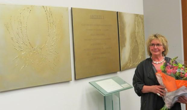 Kunstenares Iris van Haaren bij haar kunstwerk 'De zachte kracht'. [foto Guus Geebel]  © De Vierklank