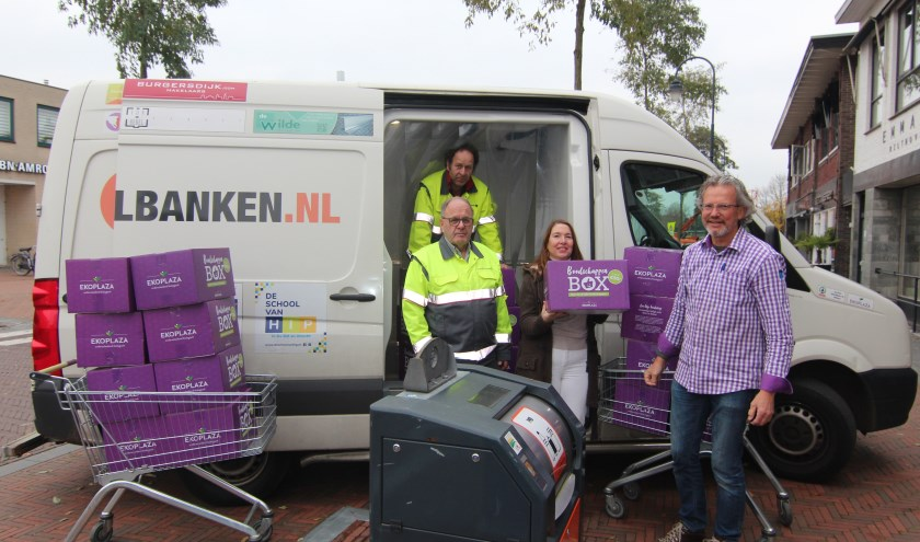 Jan Peter Oosterloo van Ekoplaza Bilthoven overhandigt de boxen aan Jolanda van Hulst van de Voedselbank. [foto Henk van de Bunt]
