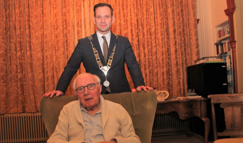HvdB Boetz VK.jpg Burgemeester Sjoerd Potters kwam maandag 25 november Rutger Wessel Baron van Boetzelaer persoonlijk gelukwensen met zijn 101ste verjaardag twee dagen eerder.