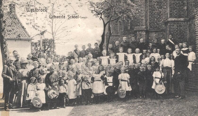 Eeuwenlang heeft de kosterswoning achter de kerk als school gediend voor Westbroek en Achttienhoven. [uit het digitale archief van Rienk Miedema]