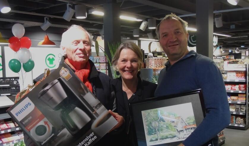 V.l.n.r. Henk de Koogel, bewoner Dorine Mol en Jan Mons.[ foto Reyn Schuurman]
