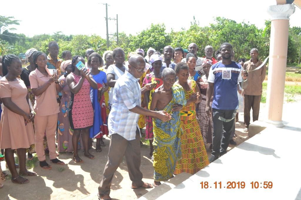 Op 18 november was de officiële opening van de kleuterschool waarbij het hele dorp aanwezig was. De chief knipt het lint door.  © De Vierklank