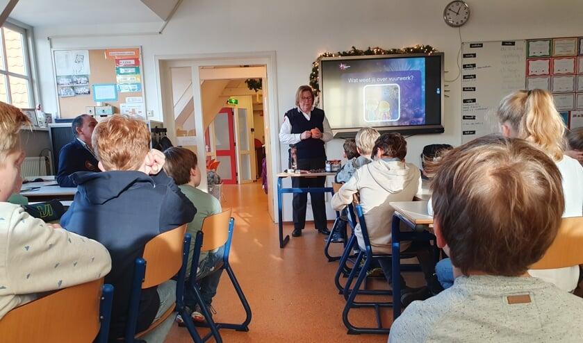 Brandweervrouw Saskia geeft voorlichting hoe Oud & Nieuw veilig door te komen.