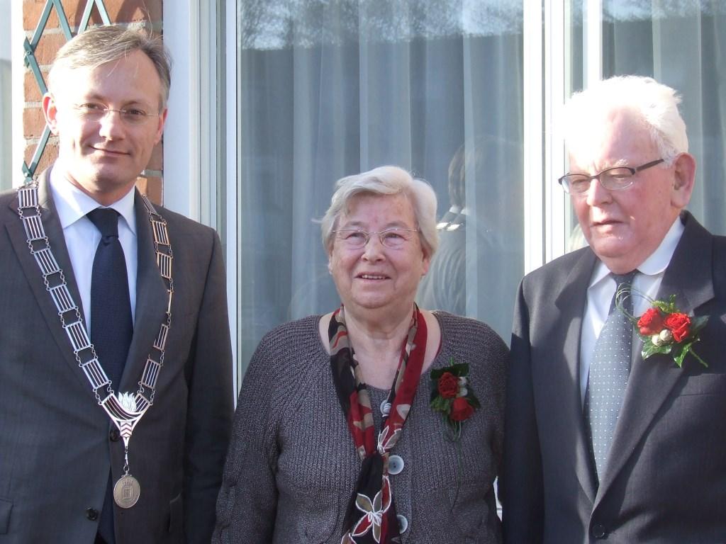 Tien jaar geleden kwam burgemeester Arjen Gerritsen het echtpaar feliciteren.  © De Vierklank