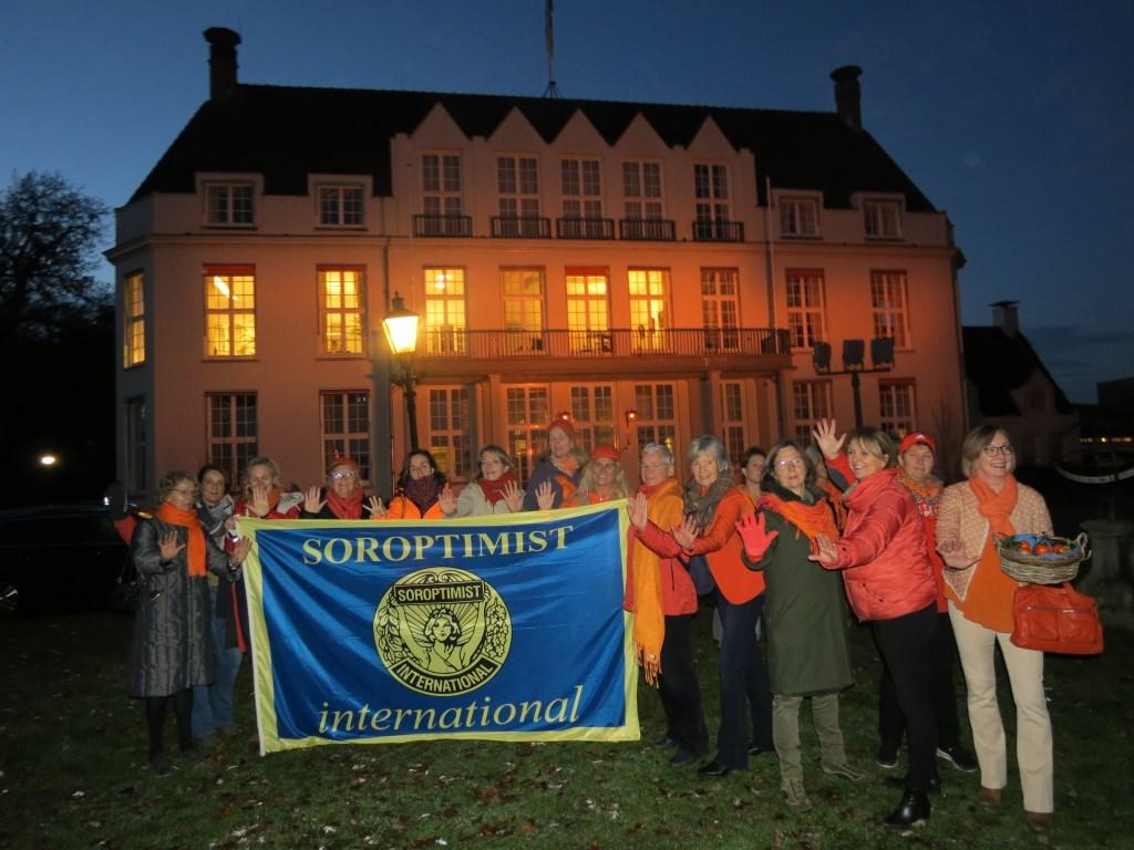 De Soroptimisten van De Bilt-Bilthoven bij het oranje gekleurde Jagtlust.  © De Vierklank
