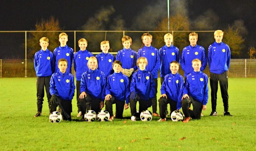 Team JO15-1 van SVM kijkt tevreden terug op de eerste helft van het voetbalseizoen.