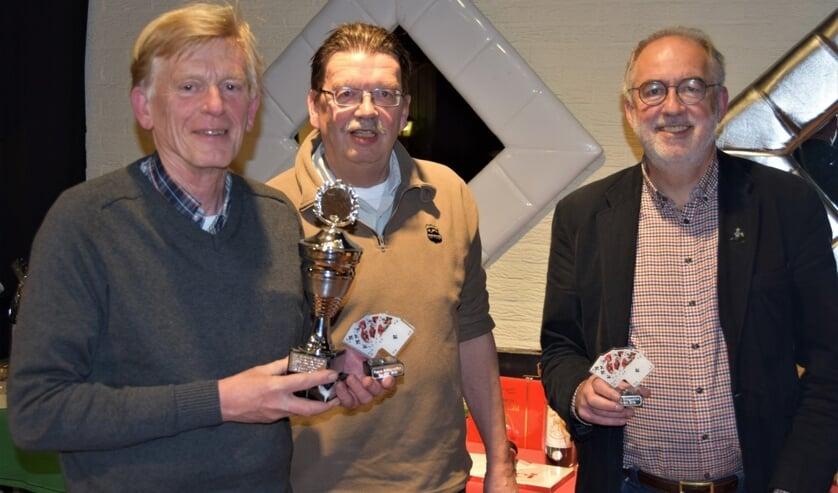De winnaars: Nico Verhaar (l) en Wiet Schiethart (r) krijgen door Jan Groenewegen (voorzitter BC Bilthoven) de prijs uitgereikt .