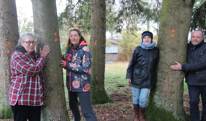 Vier bewoners van het park bij vier van de veel meer bedreigde bomen.