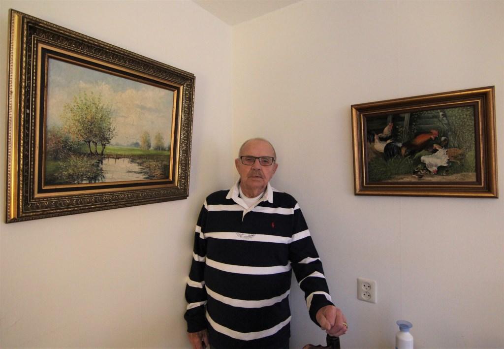 Bosman schildert niet meer, maar elke wand van het appartement is opgesierd met het mooie werk van zijn hand.   © De Vierklank