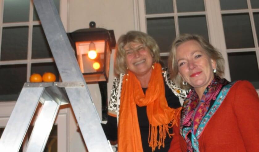 Wethouder Madeleine Bakker en Nicolette Kunze hebben zojuist een oranje lamp ingedraaid.
