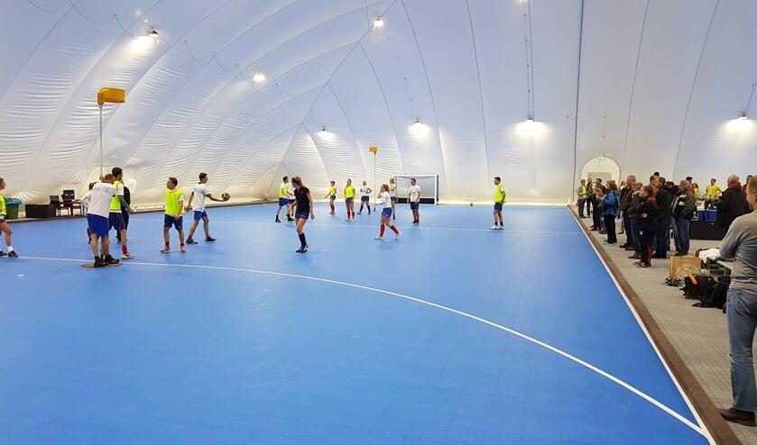 Openingswedstrijdje korfbal tussen Nova en Voordaan. (foto Peter Schlamilch)