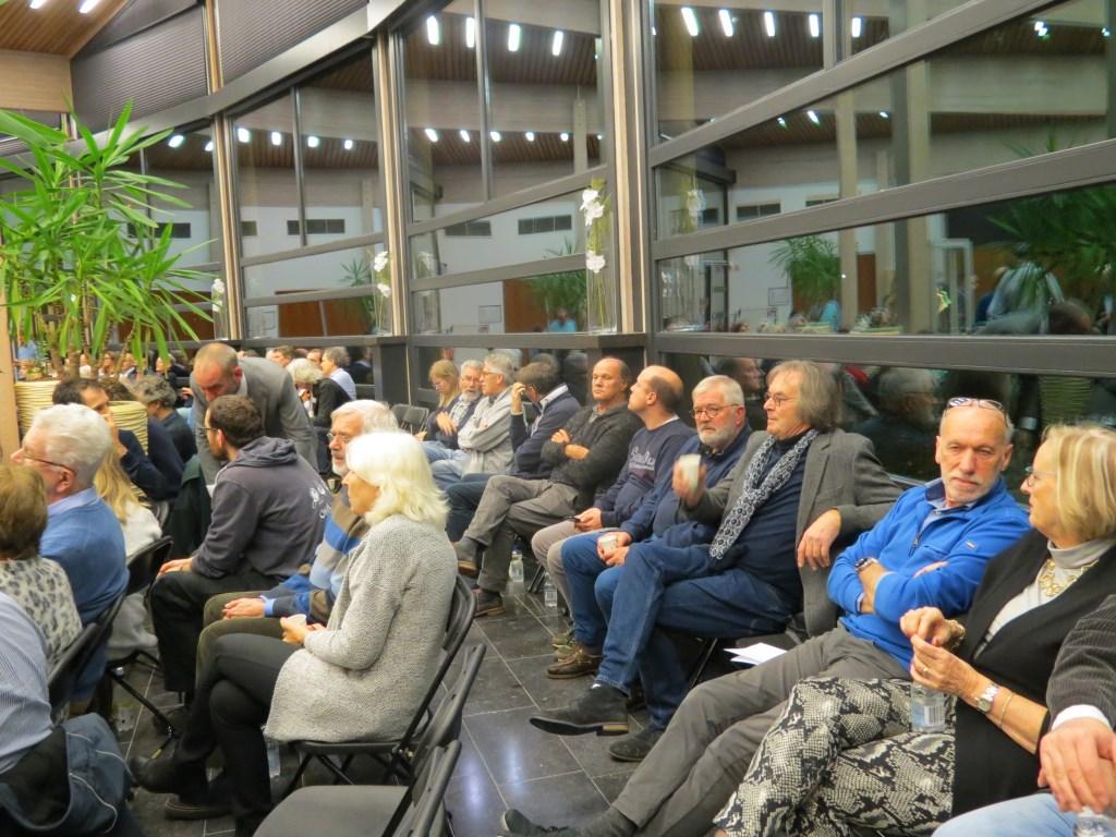 De vergadering had grote publieke belangstelling.  © De Vierklank