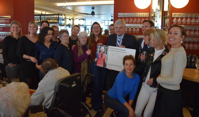 Ouderen bijeen in restaurant Danel voor een gezellig etentje met twee burgemeesters ter afsluiting van een campagne, waarin iets meer dan 34.000 euro werd opgehaald.