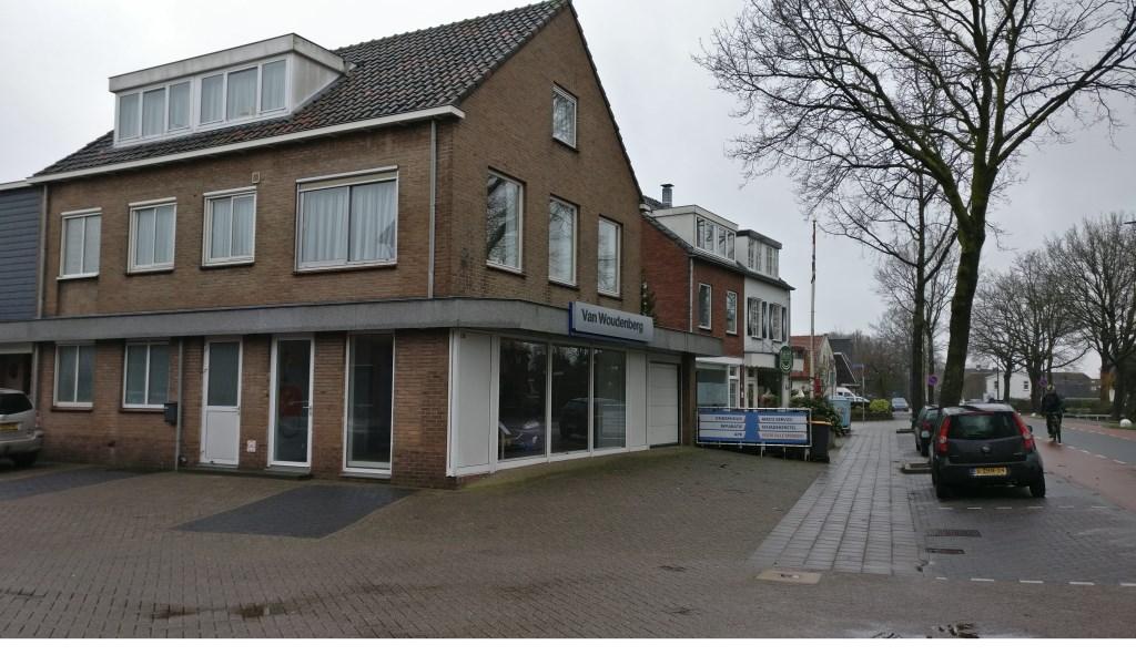 Later verhuisde Drogisterij van Rossum naar Dorpsweg 130 (naast garage van Woudenberg). Alleen het onderste gedeelte van de noordelijkste gevel is veranderd.   © De Vierklank