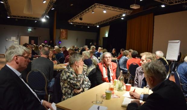 Milieu centraal tijdens openbare RaadsinfIedere tafel probeert tot oplossingen te komen voor een duurzamere wereld.ormatieavond  © De Vierklank