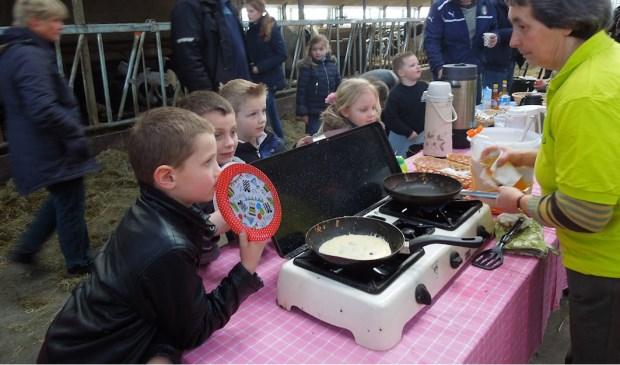 ANV trakteert op pannenkoeken.  © De Vierklank