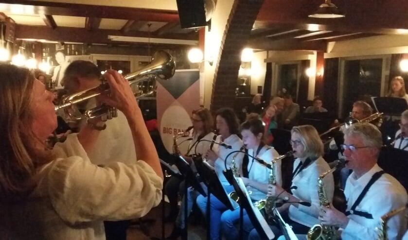 Bandleider Anita van Soest vuurt haar Bigband aan in muzikale battle.