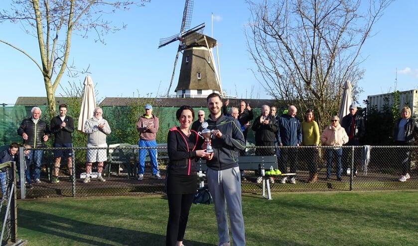 Erica Lam en Zegert Verhoef ontvingen de 'Roger Snell Trofee' (wisselbeker ter nagedachtenis aan de tien jaar geleden overleden Kraaienveldvoorzitter Roger Snell).