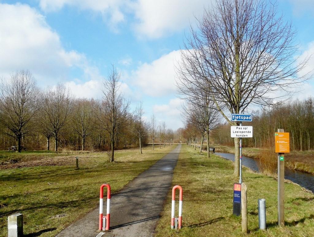 Naar het oosten kijkende doorsnijdt de grens het Gagelbos om daarachter uit te komen op de Burg. Huydecoperweg. Daar volgt de grens deze weg naar rechts, richting Westbroek. Dit Gagelbos was tot halverwege de jaren '90 voornamelijk landbouwgrond, maar door ingrijpen van Staatsbosbeheer is er een rec  © De Vierklank