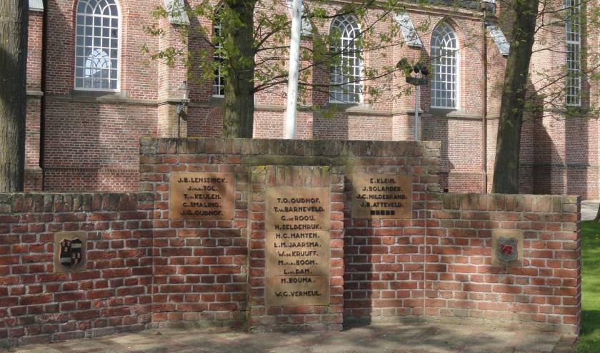 Het monument voor de N.H. kerk in Westbroek is een gemetselde bakstenen muur met daarin drie bronskleurige plaquettes en twee gemeentelijke wapens gemetseld. De middelste en grootste plaquette steekt uit doordat het zich op een verbreed stuk muur bevindt.