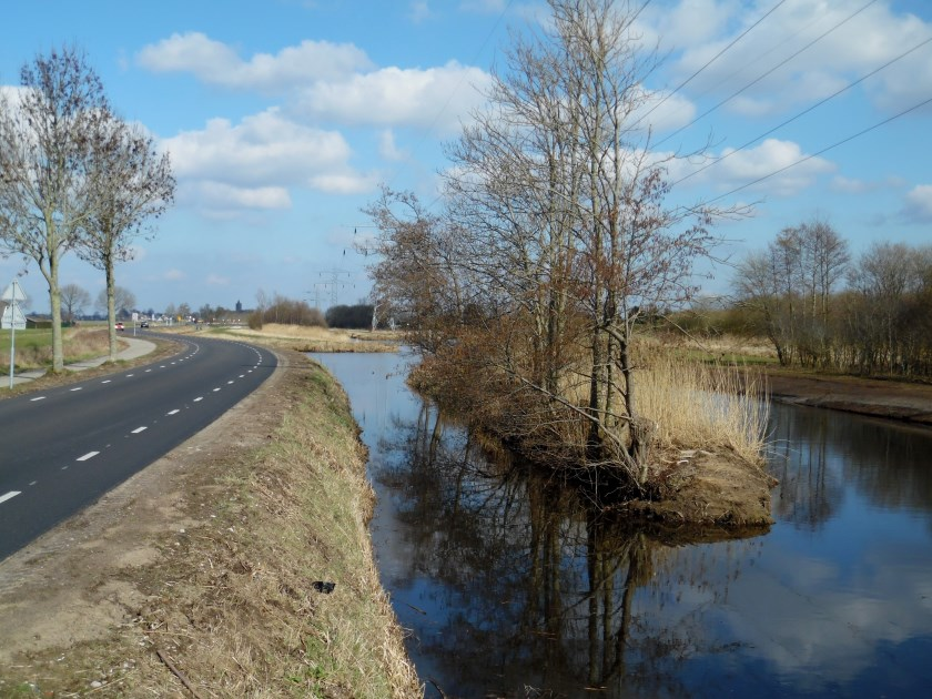 Vanuit het snijpunt met de Burg. Huydecoperweg volgt de grens deze weg noordwaarts richting Westbroek, maar buigt ongeveer een kilometer voor het dorp opnieuw oostwaarts, boven de Molenpolder langs, tot op de naar het zuiden lopende deel van de Kerkdijk. Op deze foto zien we deze grensweg met in de
