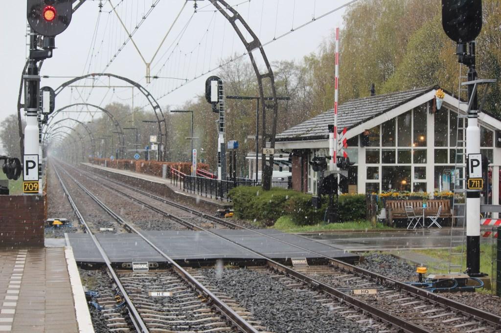Het station Hollandsche Rading beleeft een sneeuwbui op een zaterdag in april.  © De Vierklank