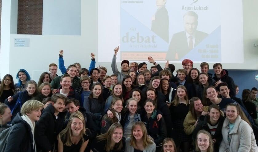 Arjen Lubach omringd door leerlingen van Het Nieuwe Lyceum.