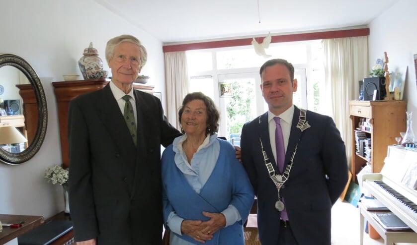 Het diamanten bruidspaar Herman en Margje Heep-Smit met de burgemeester.