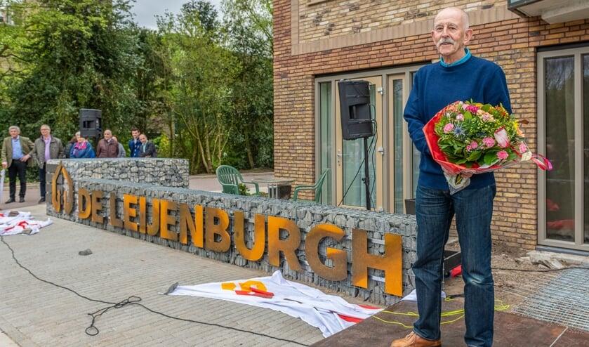 Bewoner de heer Huisman bedacht de naam De Leijenburgh en onthult deze als openingshandeling, (foto HLP Images Hans Lebbe)