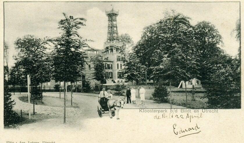 Het KNMI in 1900 met een nieuwe weertoren, die is gebouwd tegen huize Het Klooster  (foto Hist. Kring 'dOudeSchool).