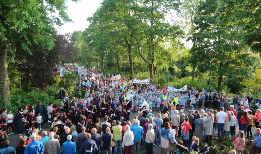 Tijdens de intocht in 2019 sloten de zo'n 500 deelnemers onder veel belangstelling aan bij de KBH uit De Bilt.