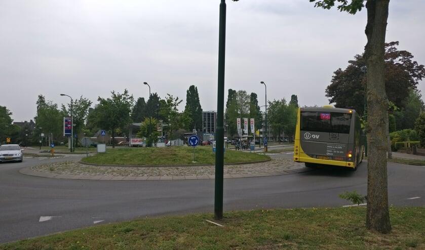 Ook buslijn 77 gaat een alternatieve route rijden en zal dan tijdelijk niet rechtsaf gaan. [foto Henk van de Bunt]