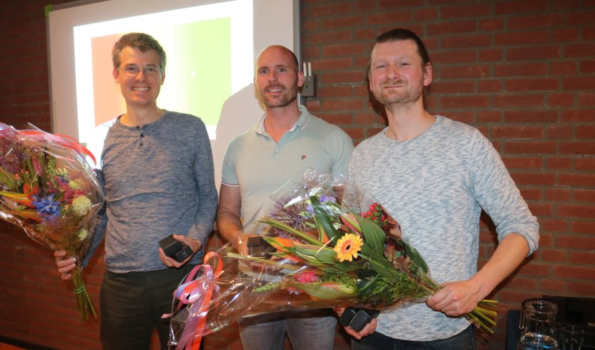 Bloemen na afloop van de presentaties voor de Biltse duurzame pioniers. V.l.n.r. Jochen Pierik, Bram de Deugd en Tim van der Maden. (foto: Jenny Senhorst)