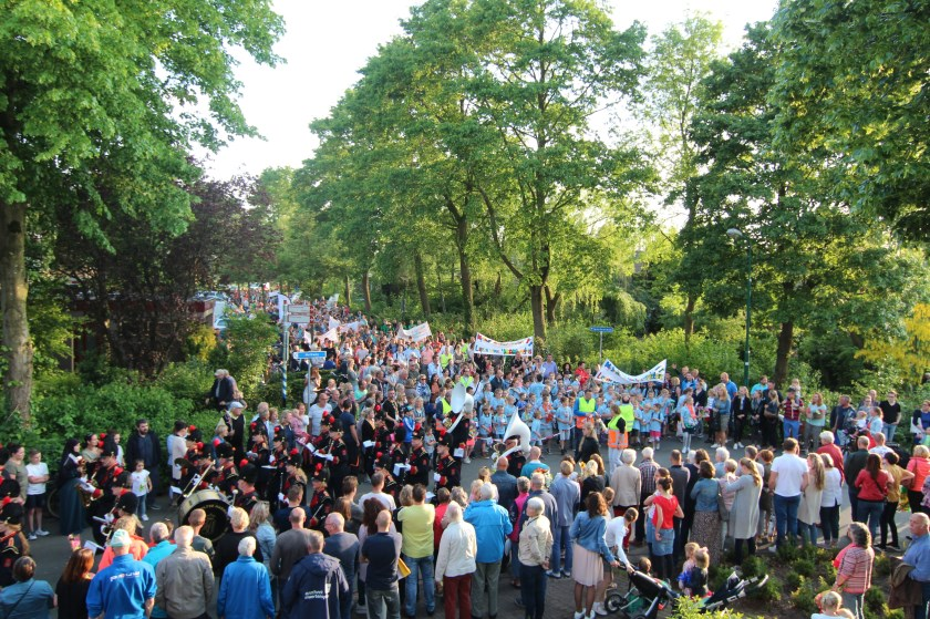 Tijdens de intocht sluiten de deelnemers onder veel belangstelling aan bij de KBH uit De Bilt.