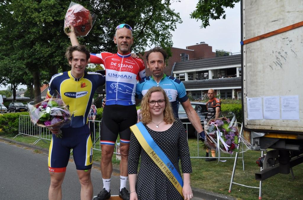 Winnaar André van Reek, Ossip van de Vegte (l) en Laurens Koster samen met Michelle Hardeveld die zojuist de bloemen heeft uitgereikt.  © De Vierklank