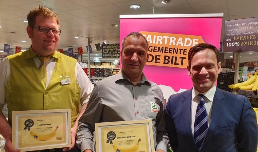 Beide supermarkten zijn blij verrast met hun award, met v.l.n.r. Henrik van Wingerden (Plusmarkt), Jan Mons (Spar Mons) en burgemeester Sjoerd Potters.